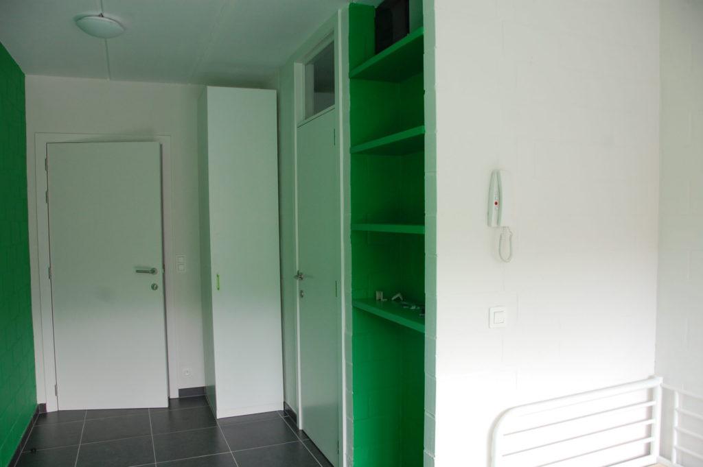 Sint-Jozefsstraat 30 - Kamer 18 - Deur kamer, kast, deur badkamer, rek en telefoon