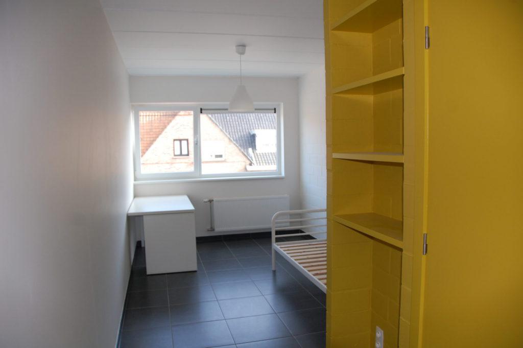 Sint-Jozefsstraat 30 - Kamer 2 - Bureau, bed en kast
