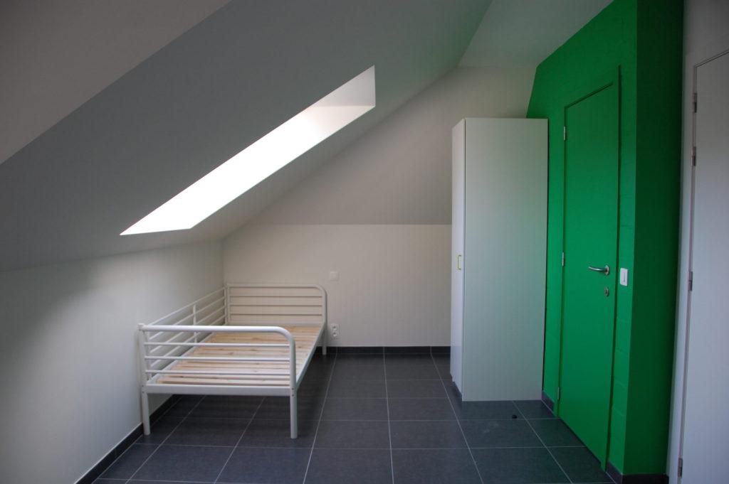 Sint-Jozefsstraat 30 - Kamer 21 - Venster, bed, kast, deur badkamer en deur kamer