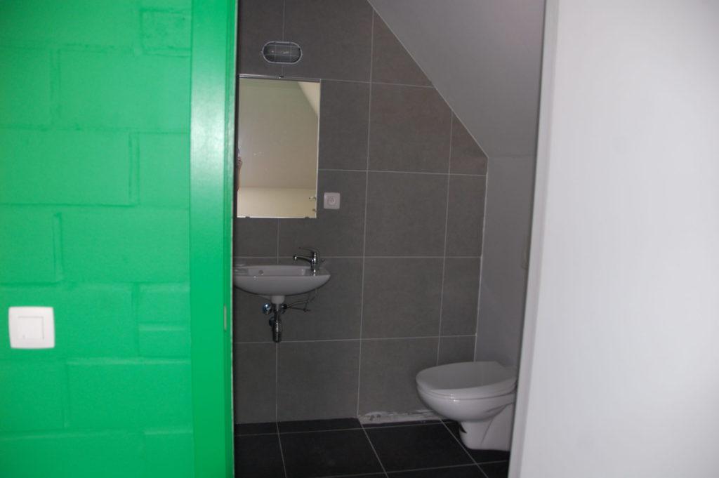 Sint-Jozefsstraat 30 - Kamer 22 - Deur naar badkamer met lavabo, spiegel en toilet