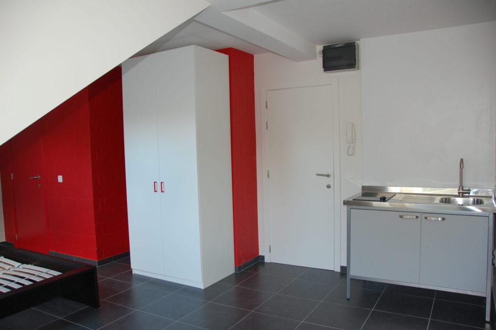 Sint-Jozefsstraat 30 - Kamer 23 - Deur badkamer, tweepersoonsbed, kast, deur kamer en keukeneiland