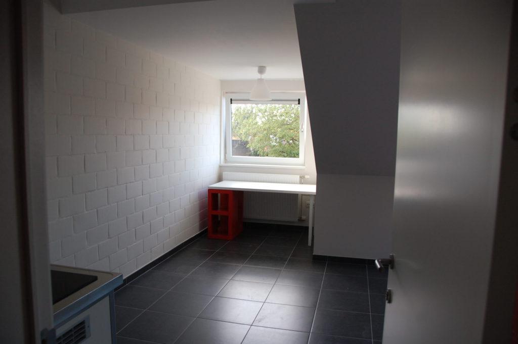 Sint-Jozefsstraat 30 - Kamer 23 - Deur naar kamer met bureau