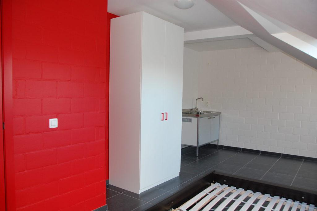 Sint-Jozefsstraat 30 - Kamer 23 - Kast, keukeneiland, venster en tweepersoonsbed