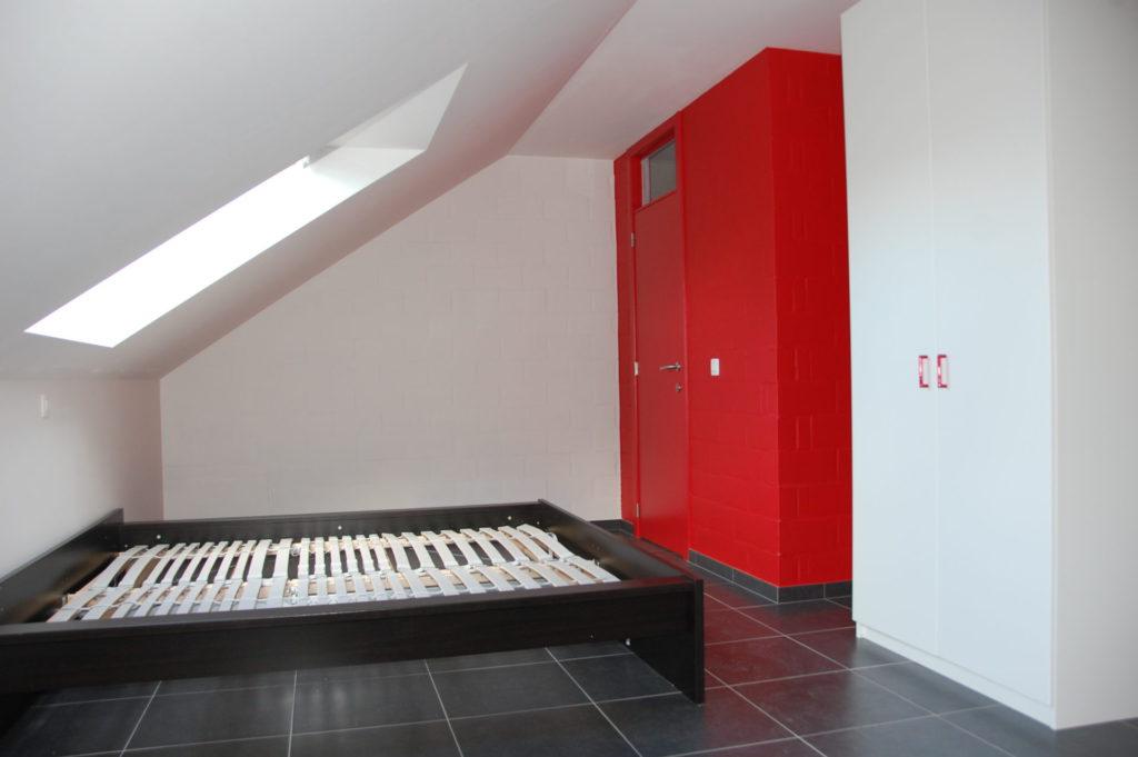Sint-Jozefsstraat 30 - Kamer 23 - Venster, tweepersoonsbed, deur badkamer en kast