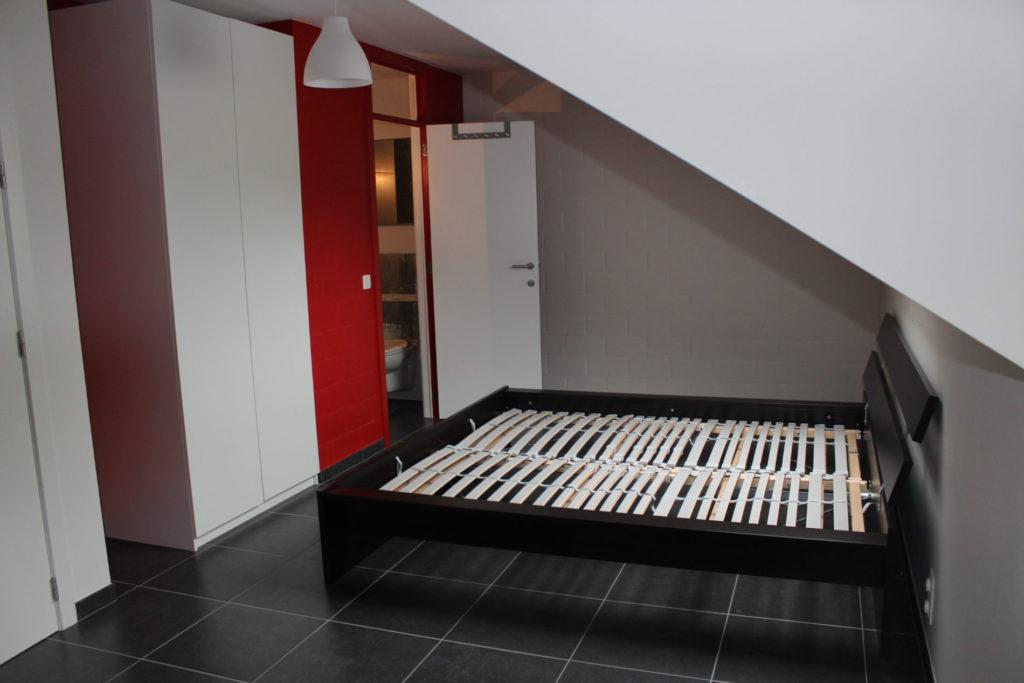 Sint-Jozefsstraat 30 - Kamer 24 - Deur badkamer en tweepersoonsbed