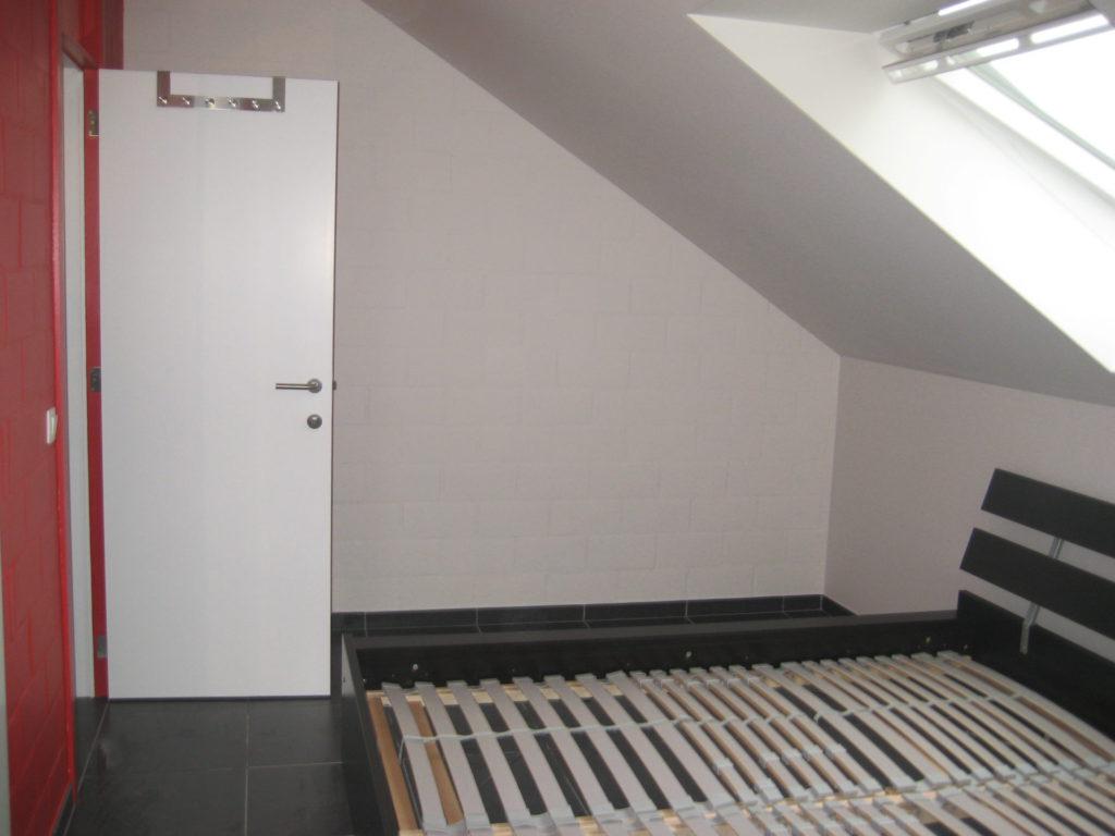 Sint-Jozefsstraat 30 - Kamer 24 - Deur kamer, tweepersoonsbed en venster