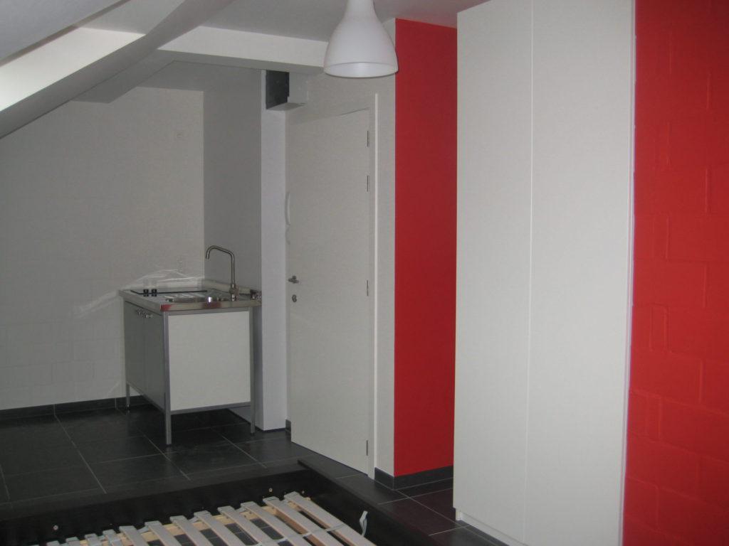Sint-Jozefsstraat 30 - Kamer 24 - Keukeneiland, deur badkamer en tweepersoonsbed