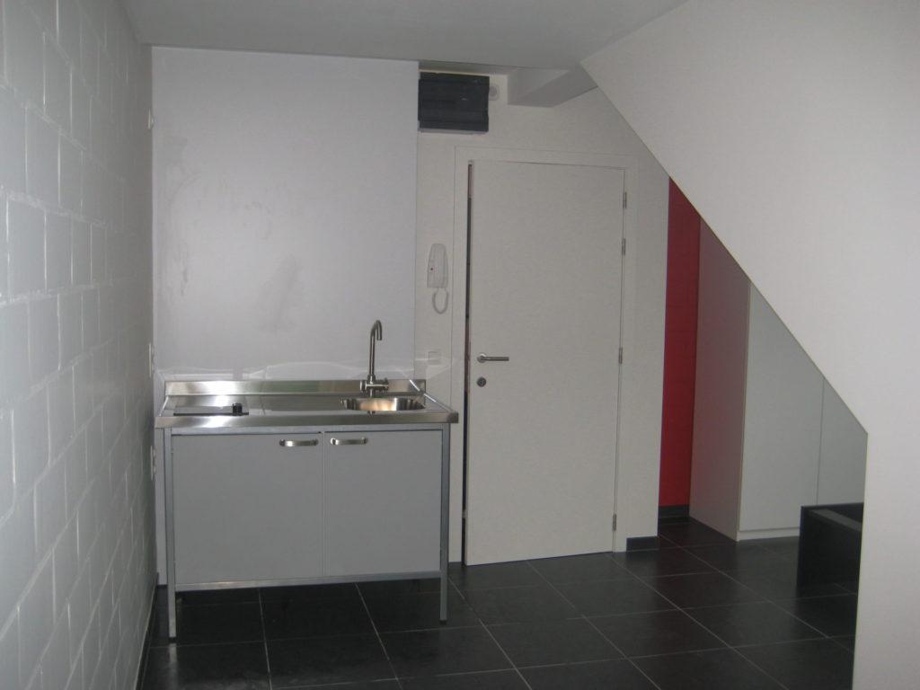 Sint-Jozefsstraat 30 - Kamer 24 - Keukeneiland en deur badkamer