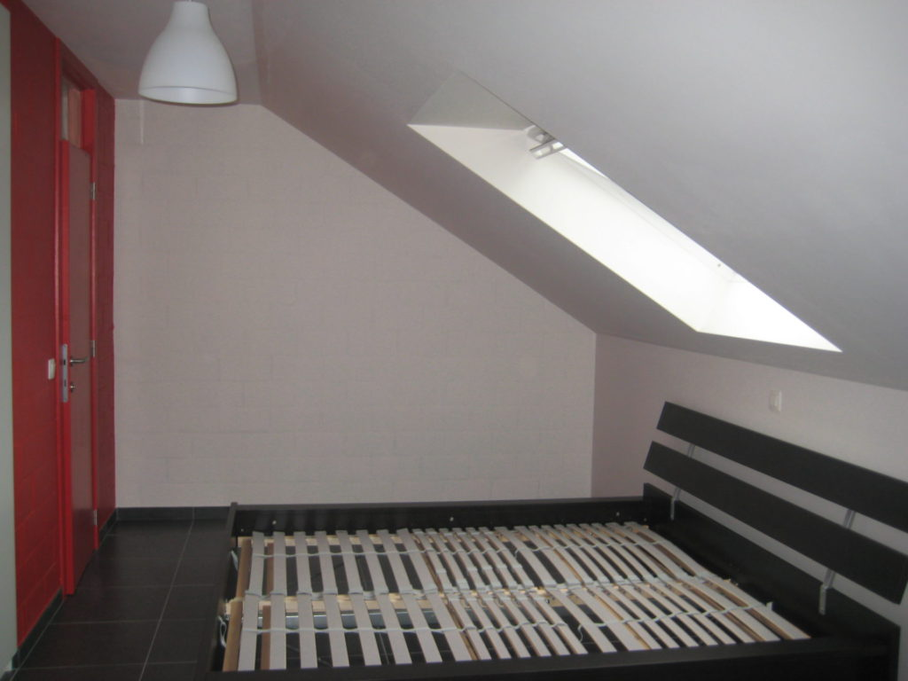 Sint-Jozefsstraat 30 - Kamer 24 - Lamp, tweepersoonsbed en venster