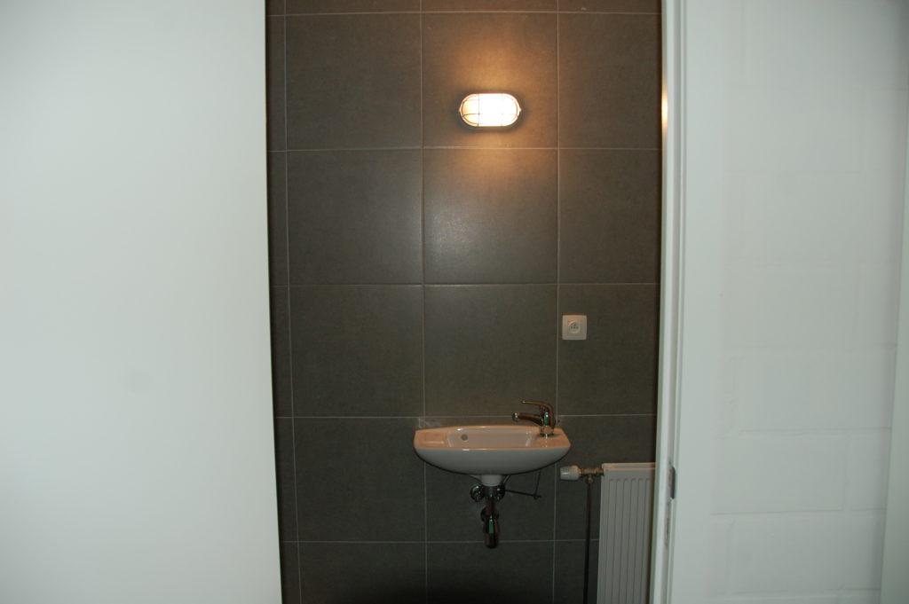 Sint-Jozefsstraat 30 - Kamer 3 - Deur naar badkamer met lavabo