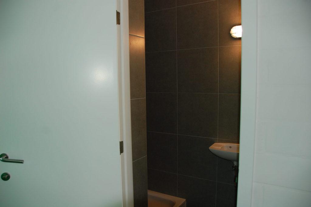 Sint-Jozefsstraat 30 - Kamer 3 - Deur naar badkamer met lavabo en douche