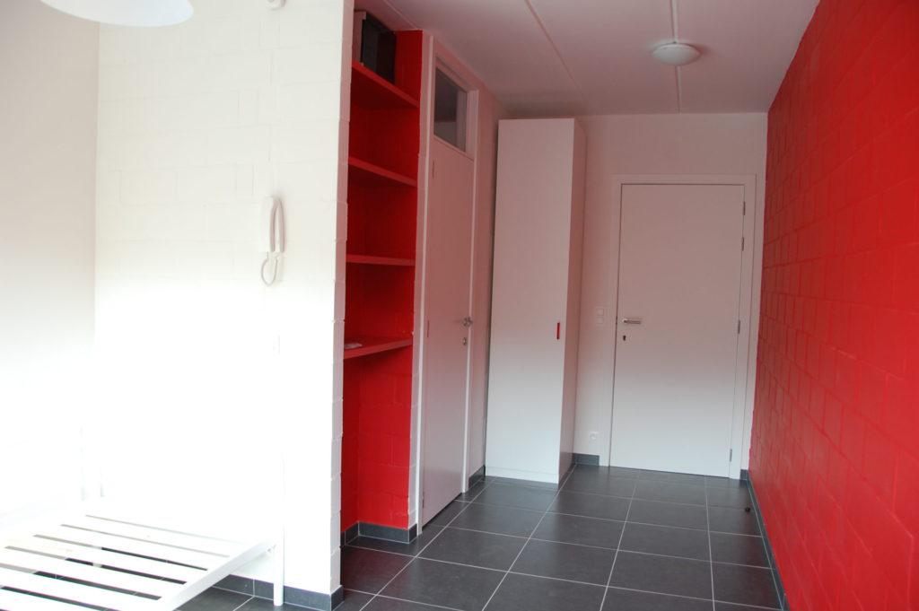Sint-Jozefsstraat 30 - Kamer 5 - Bed, rek, kast, deur badkamer en deur kamer