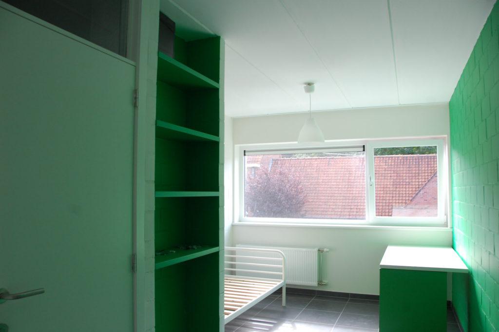 Sint-Jozefsstraat 30 - Kamer 6 - Deur badkamer, rek, bed en bureau
