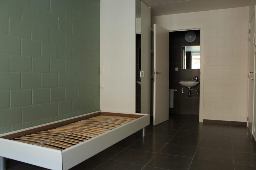 Wilgenstraat 45 - Kamer 1 - Bed, kast, deur badkamer met lavabo en deur kamer