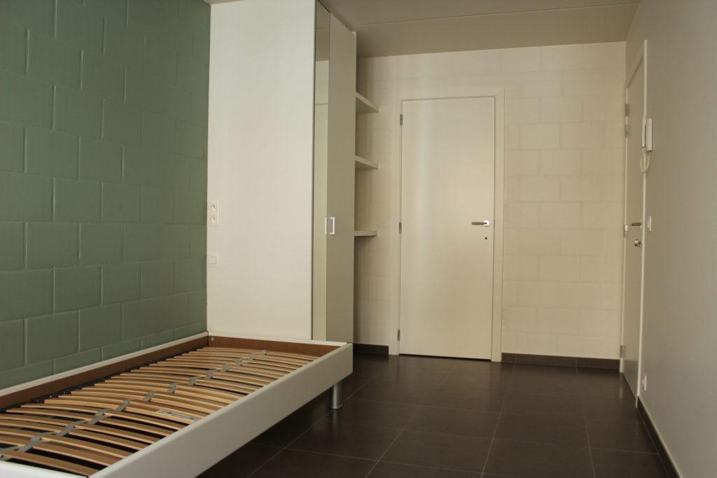 Wilgenstraat 45 - Kamer 1 - Bed, kast, rek, deur kamer, deur badkamer en telefoon