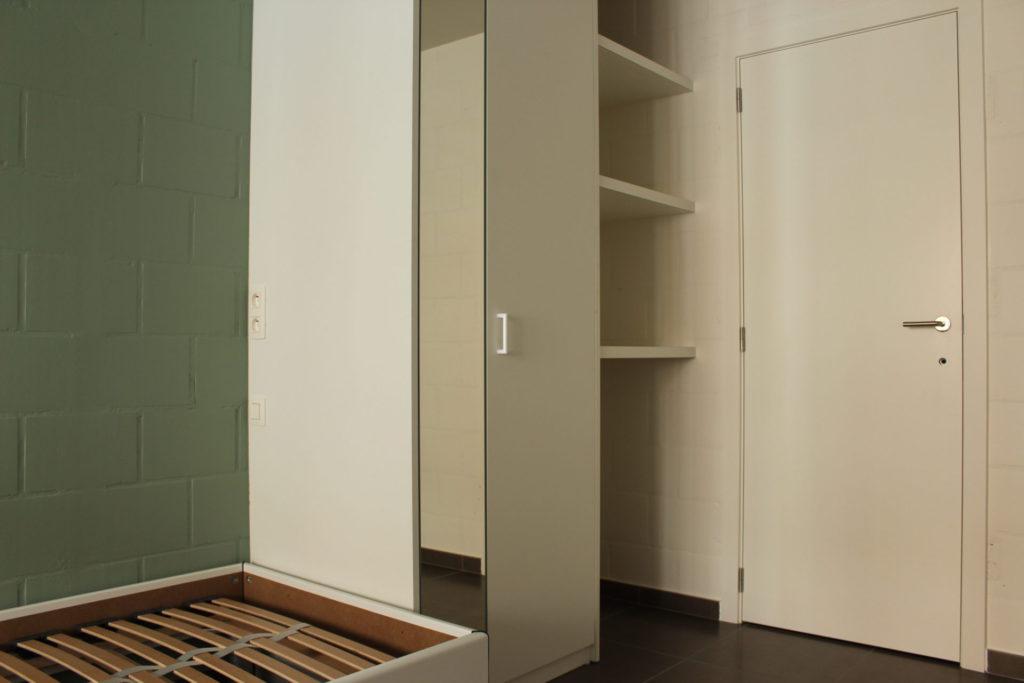 Wilgenstraat 45 - Kamer 1 - Bed, kast, rek en deur kamer