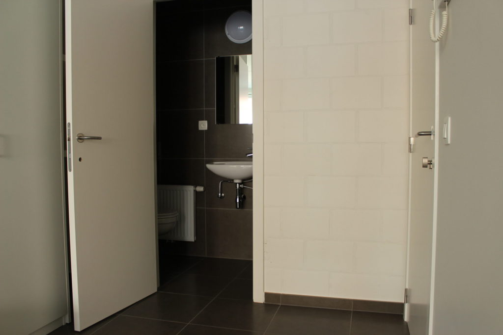 Wilgenstraat 45 - Kamer 1 - Deur badkamer met lavabo en deur kamer