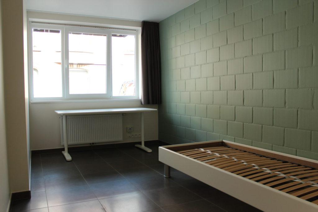 Wilgenstraat 45 - Kamer 1 - Raam, bureau, verwarming en bed