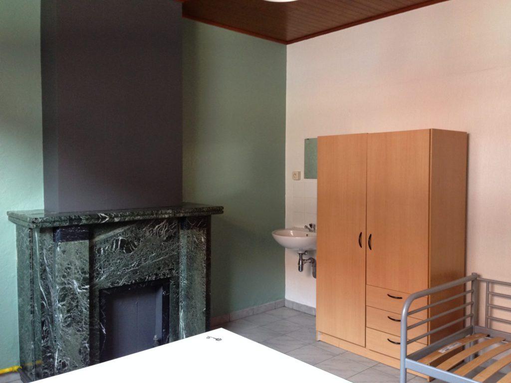 Wilgenstraat 49 - Kamer 1 - Kast, lavabo en bed