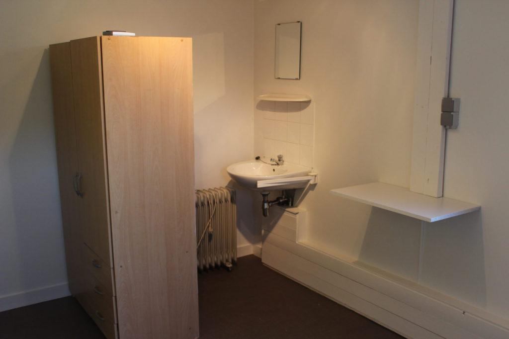 Wilgenstraat 49 - Kamer 14 - Kast, verwarming, lavabo met spiegel en legplank