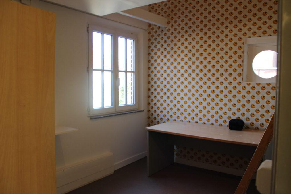 Wilgenstraat 49 - Kamer 14 - Legplank, venster en bureau