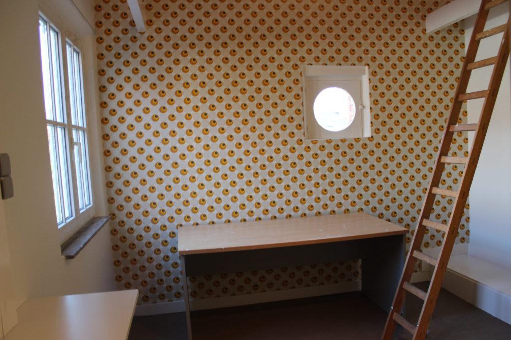 Wilgenstraat 49 - Kamer 14 - Venster, bureau en ladder