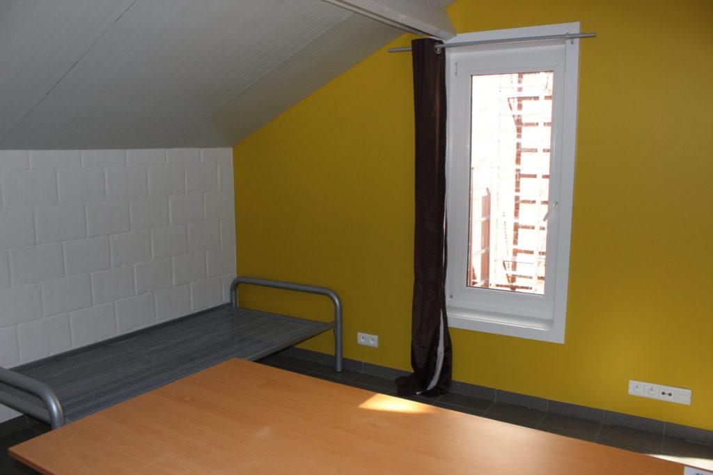 Wilgenstraat 49 - Kamer 16 - Bed, venster en bureau