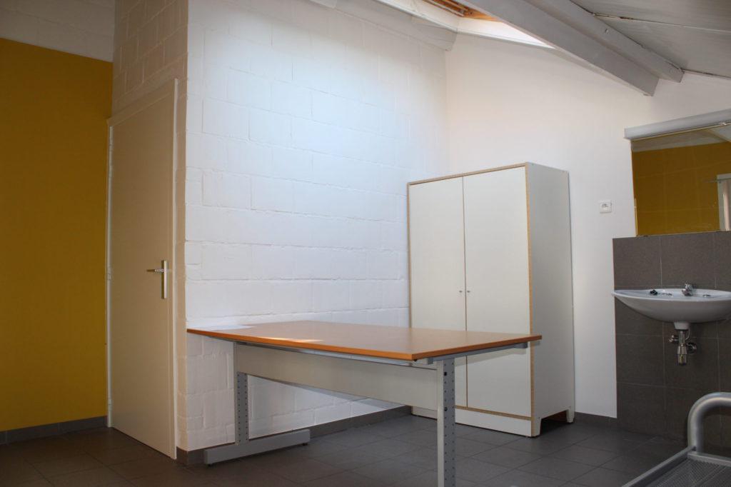 Wilgenstraat 49 - Kamer 16 - Deur kamer, bureau, kast en lavabo met spiegel