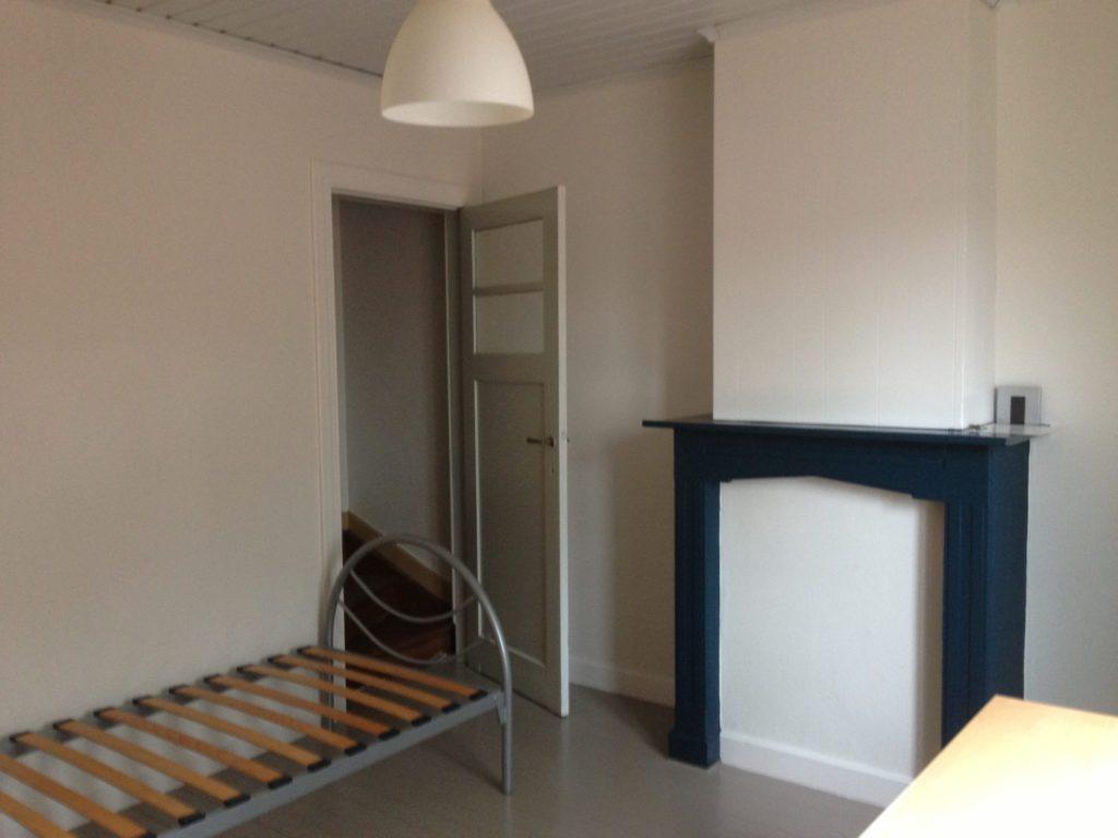 Wilgenstraat 49 - Kamer 17 - Bed en deur kamer