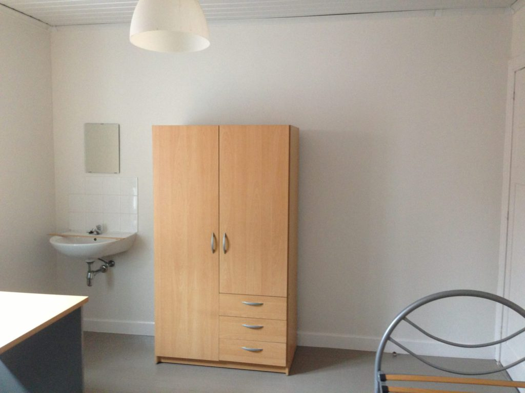 Wilgenstraat 49 - Kamer 17 - Bureau, lavabo met spiegel, kast en bed