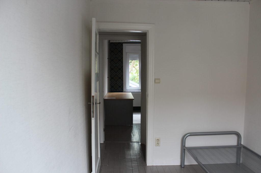 Wilgenstraat 49 - Kamer 18 - Deur kamer en bed