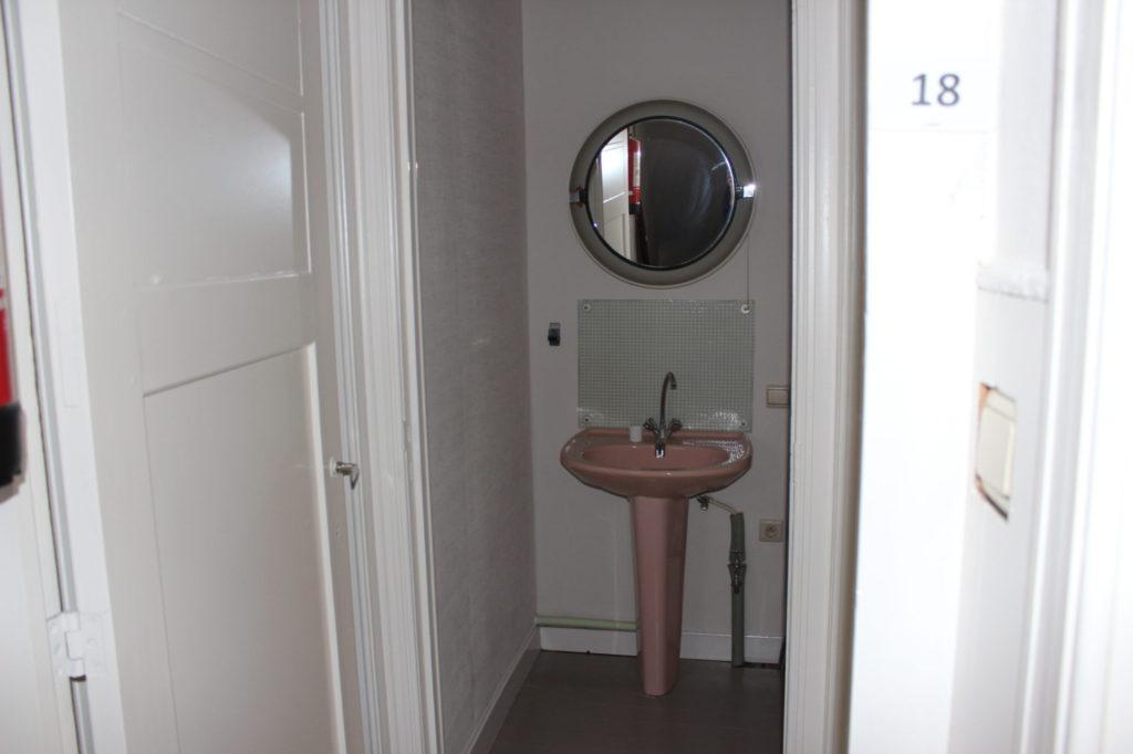 Wilgenstraat 49 - Kamer 18 - Deur kamer en deur badkamer met lavabo en spiegel
