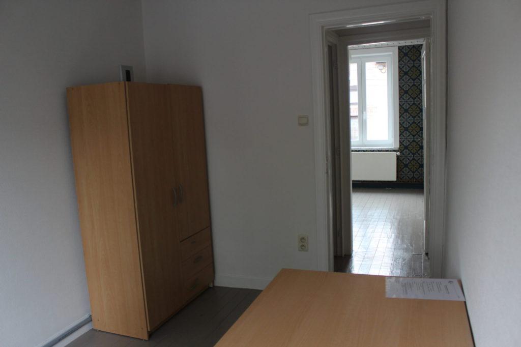 Wilgenstraat 49 - Kamer 18 - Kast, bureau en deur kamer