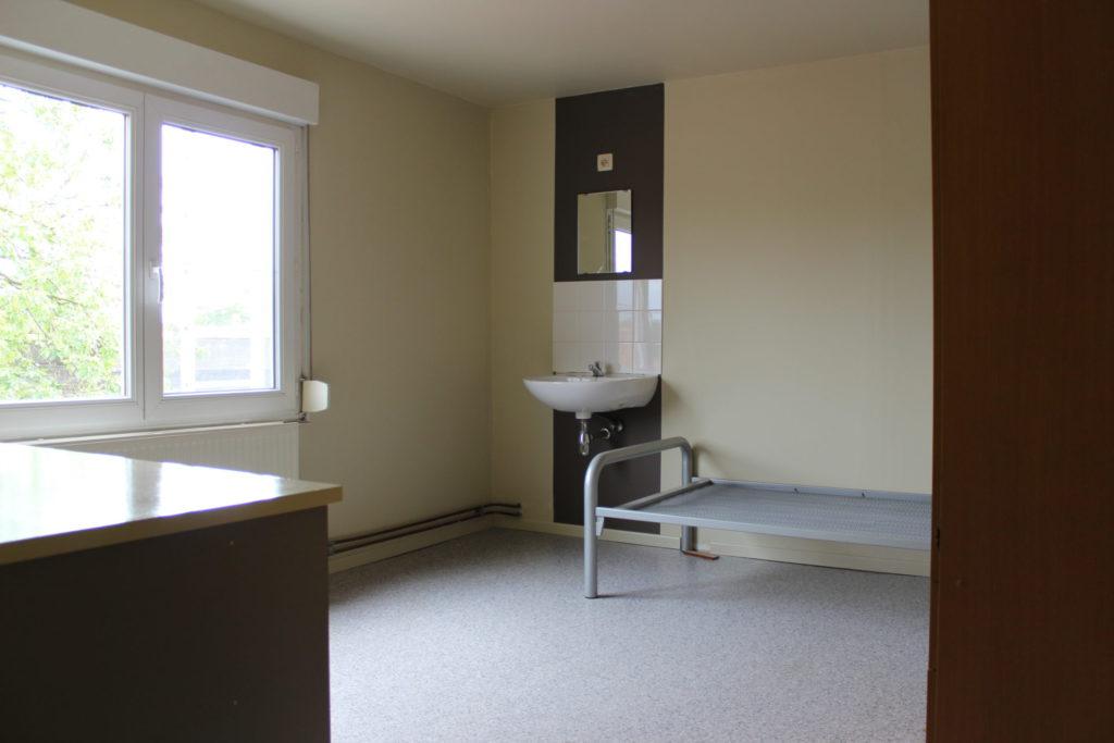Wilgenstraat 49 - Kamer 23 - Bureau, venster, lavabo met spiegel en bed