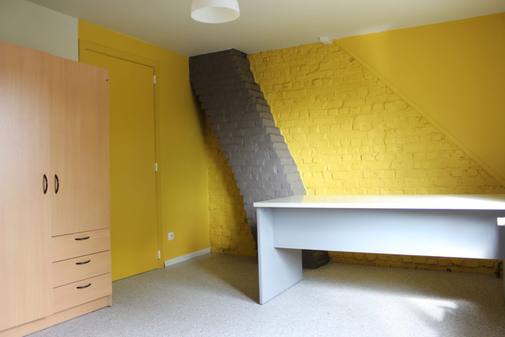 Wilgenstraat 49 - Kamer 23 - Kast en bureau