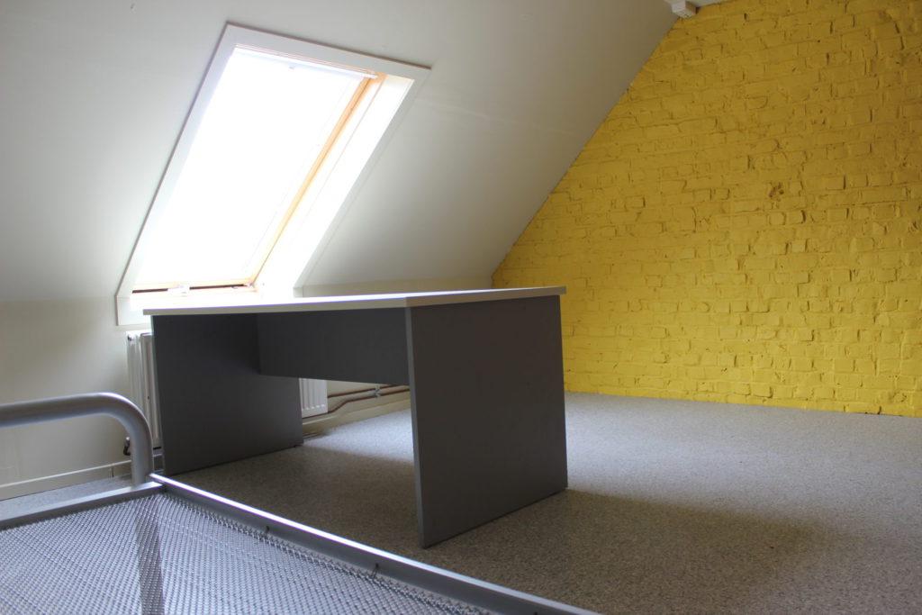 Wilgenstraat 49 - Kamer 25 - Bed, bureau, venster en verwarming