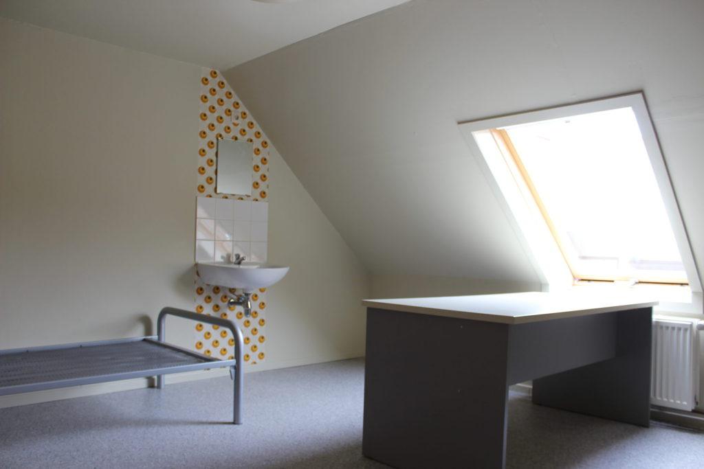 Wilgenstraat 49 - Kamer 25 - Bed, lavabo met spiegel, bureau, verwarming en venster
