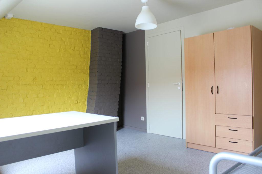 Wilgenstraat 49 - Kamer 25 - Bureau, deur kamer, kast en bed
