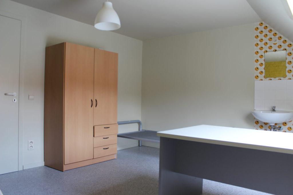 Wilgenstraat 49 - Kamer 25 - Deur kamer, kast, bed, bureau en lavabo