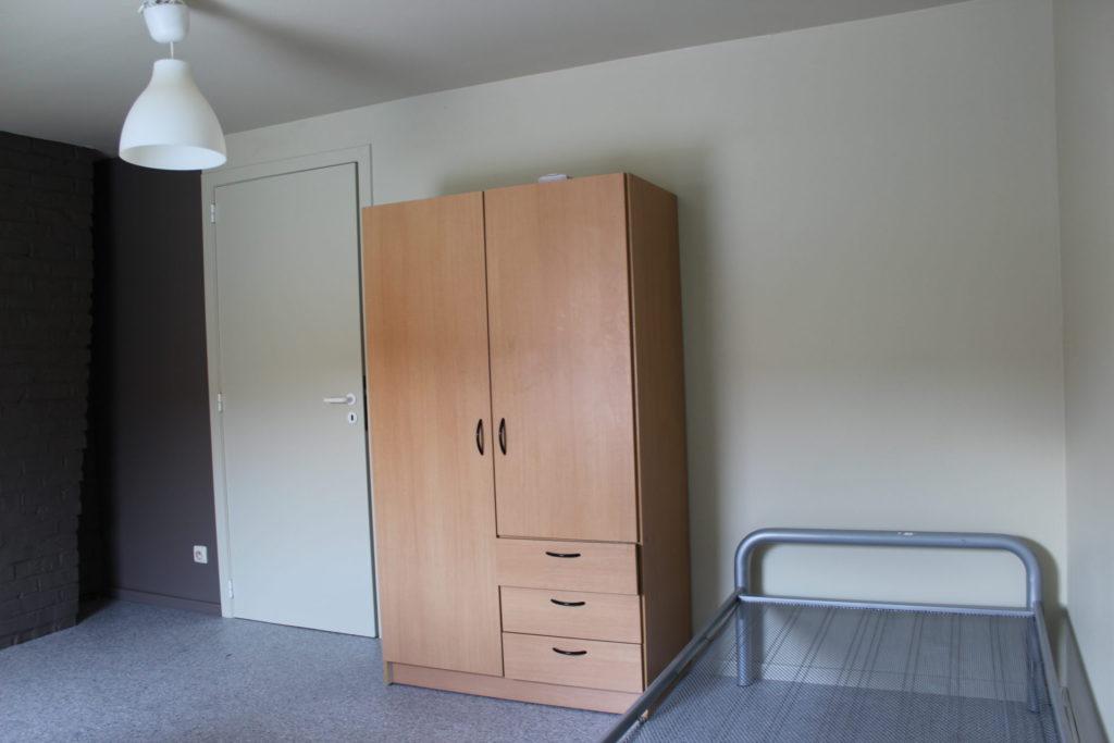 Wilgenstraat 49 - Kamer 25 - Deur kamer, kast en bed