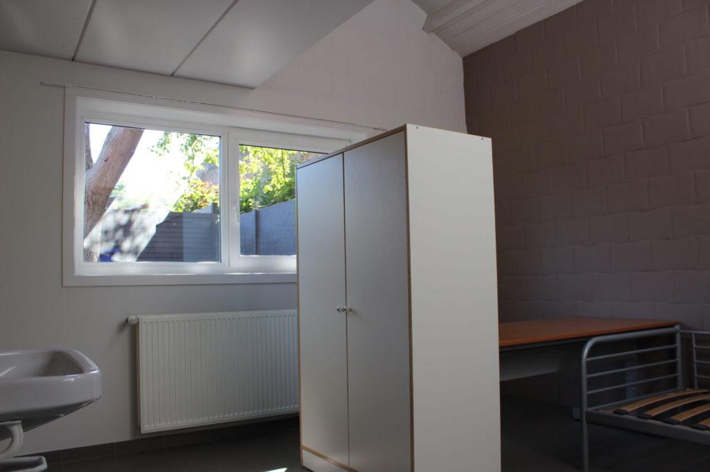Wilgenstraat 49 - Kamer 3 - Bed, bureau, kast, verwarming, venster en lavabo
