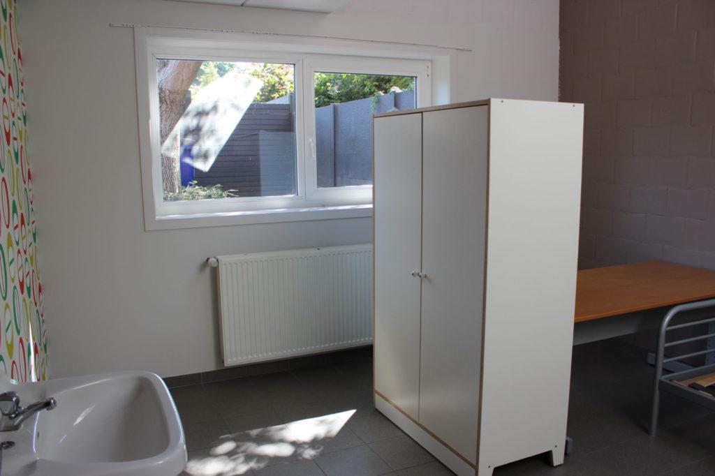 Wilgenstraat 49 - Kamer 3 - Lavabo, venster, verwarming, kast, bureau en bed