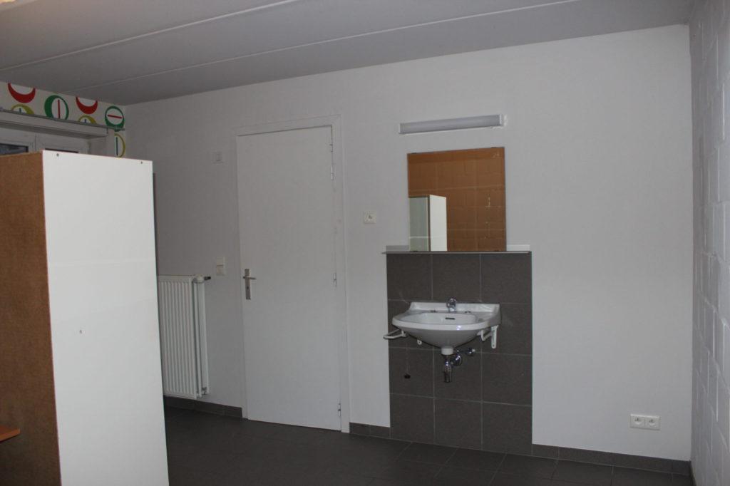 Wilgenstraat 49 - Kamer 4 - Kast, verwarming, deur kamer en lavabo met spiegel