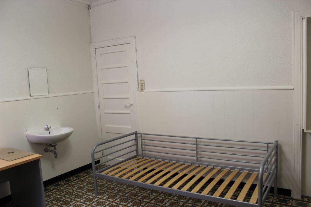 Wilgenstraat 49 - Kamer 6 - Bureau, lavabo, deur kamer en bed