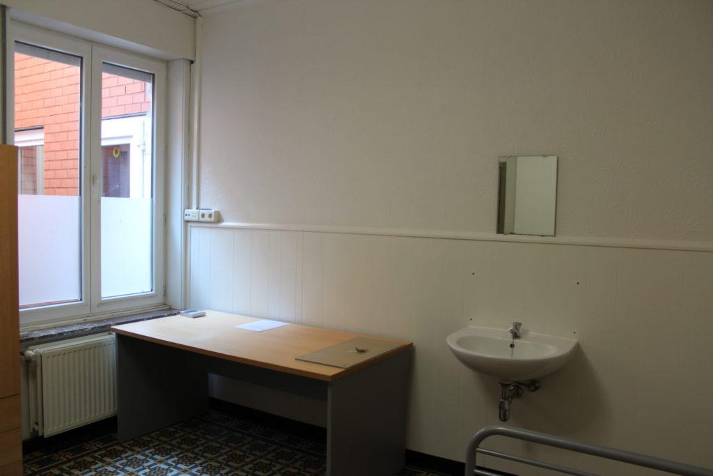 Wilgenstraat 49 - Kamer 6 - Verwarming, bureau en lavabo