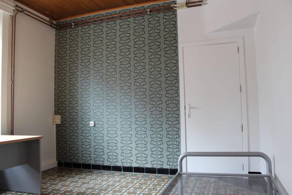 Wilgenstraat 49 - Kamer 7 - Bureau, deur kamer en bed