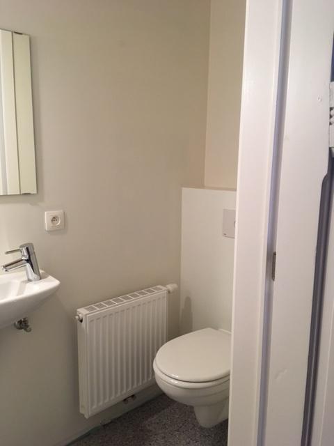 Wilgenstraat 49 - Kamer 11 - Badkamer met toilet en lavabo