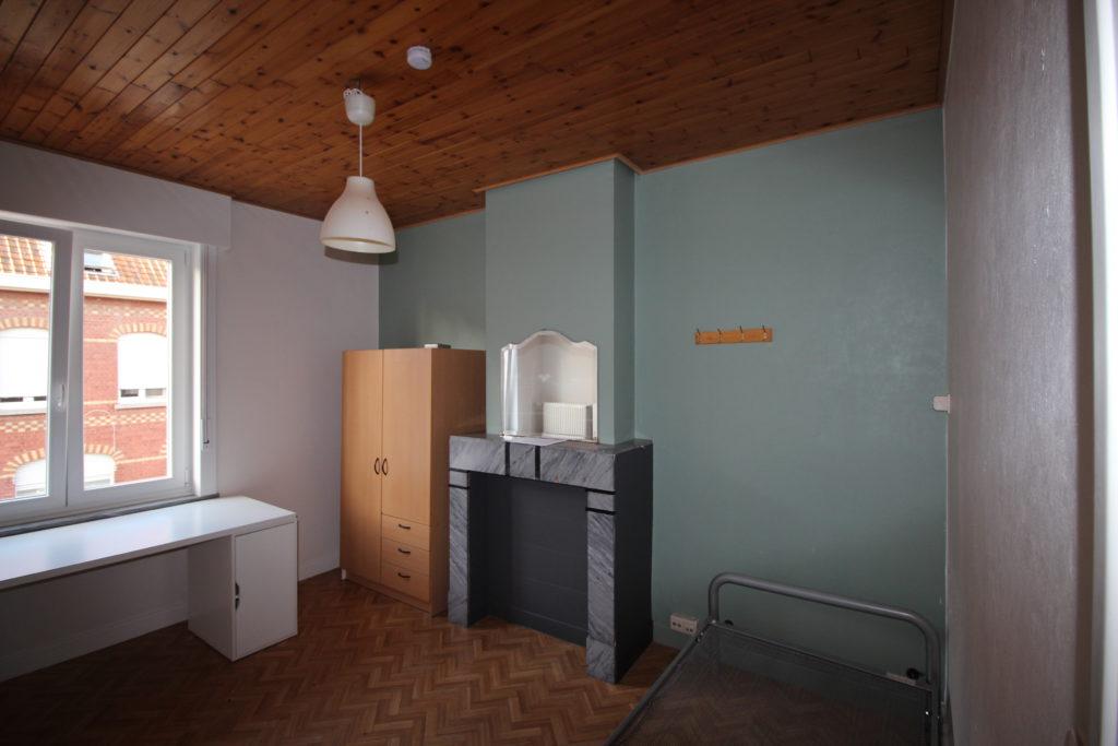 Wilgenstraat 49 - Kamer 11 - Bureau, kast en bed