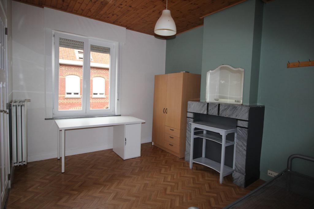 Wilgenstraat 49 - Kamer 11 - Bureau, kast, rekje en bed